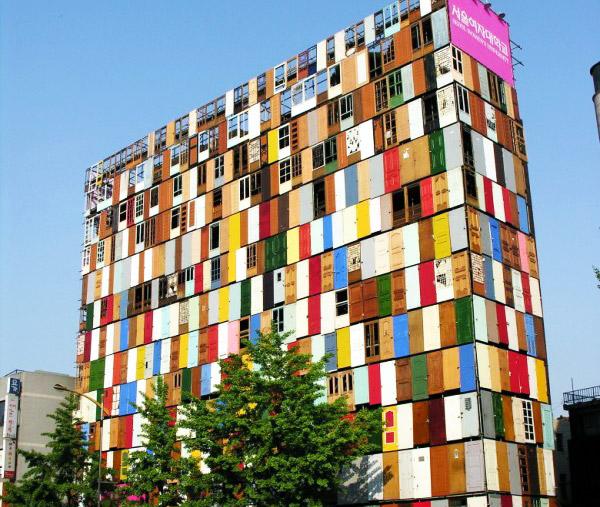 Высотное здание из 1 000 цветных дверей!