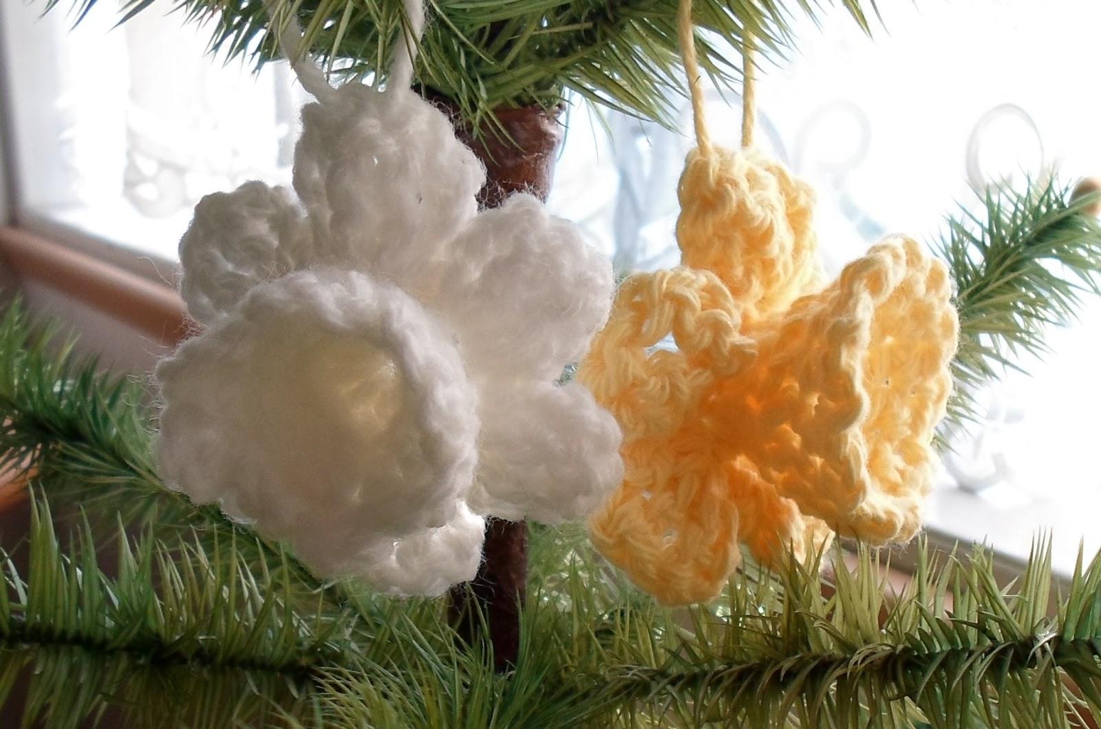 Free Crochet Daffodil Flower Pattern : Happier Than A Pig In Mud: Crochet Daffodil Ornament or ...