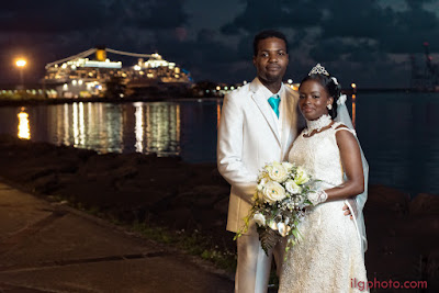 mariés posent devant Costa Magica promenade de Lauricisque Bergevin Guadeloupe Mariage