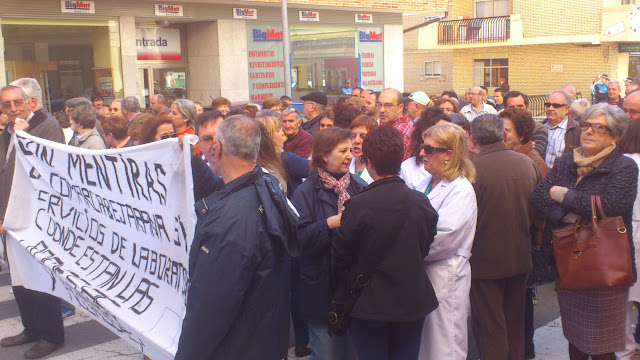 Manifestantes a la puerta del Virgen del Castañar