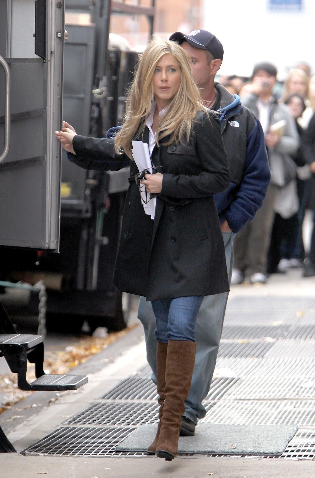 http://4.bp.blogspot.com/-2iIlqHQHYjI/T_PPMGMtljI/AAAAAAAABbQ/LbLiVOrCAyc/s1600/Aniston+Brown+Suede+boots3.jpg