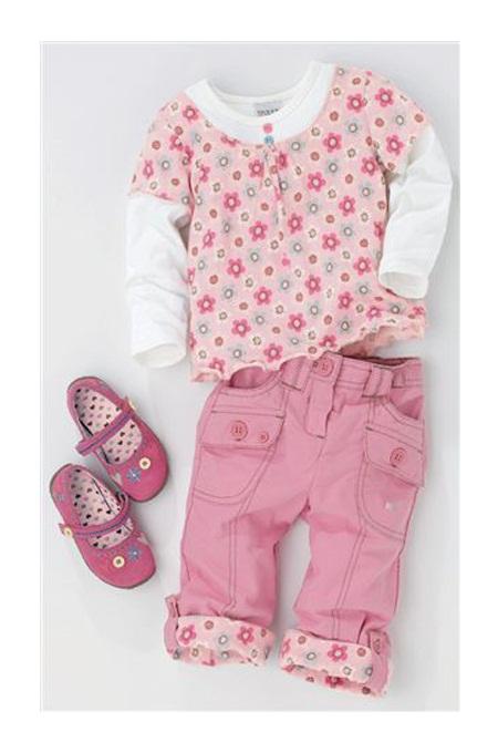 صورة طقم كامل بملابس الاطفال بلون بناتي مع وجود حذاء متناسق