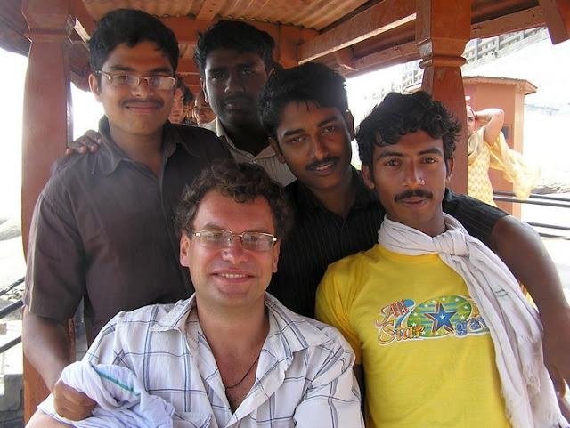 фото индусов и европейца