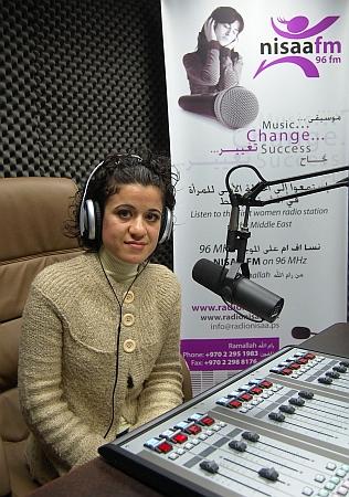 Mulher palestina apresenta programa de rádio