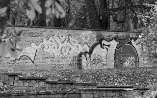 http://fotobabij.blogspot.com/2015/11/graffiti-na-parkowym-murze_8.html