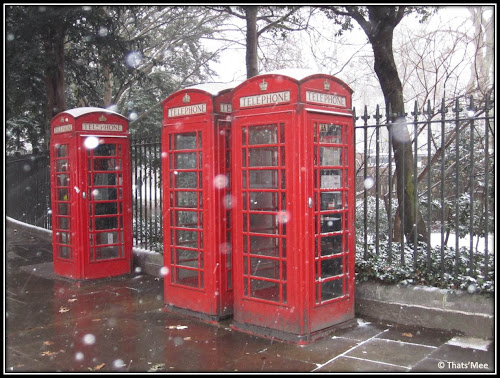 Neige à Londres Russell Square cabines telephoniques rouges typiques anglaises