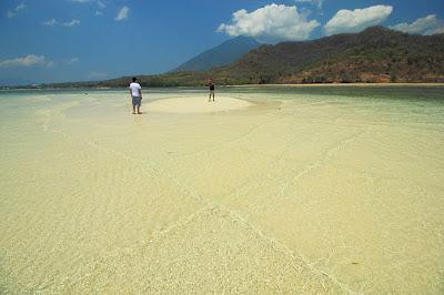 Berpose di pulau pasir Meting Doeng Larantuka
