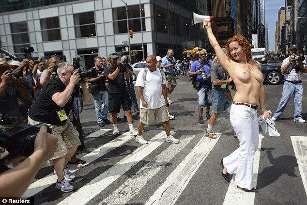 Weleh, di New York para wanita menuntut 'Hak untuk Telanjang Dada'