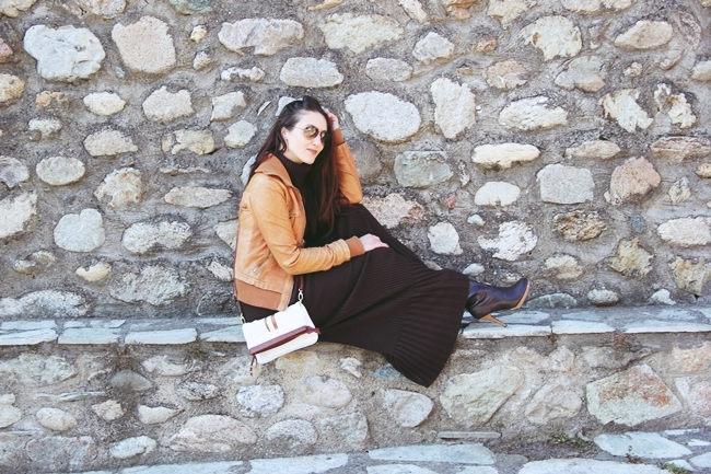 "outfit: Chocolate brown knitwear.knitted brown turtleneck & knitted brown maxi skirt.Bershka leather jacket.Ray Ban ""Aviator"" sunglasses. pletena suknja i rolka, set od pletiva."