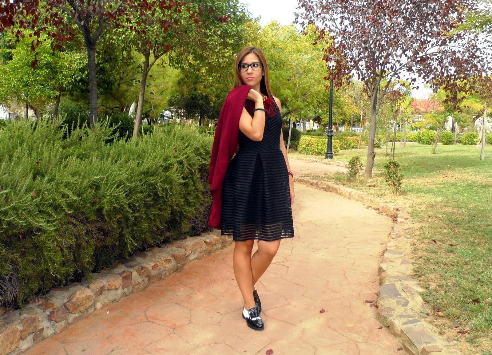 Vestido negro calado, blazer burdeos y mocasines blanco y negro
