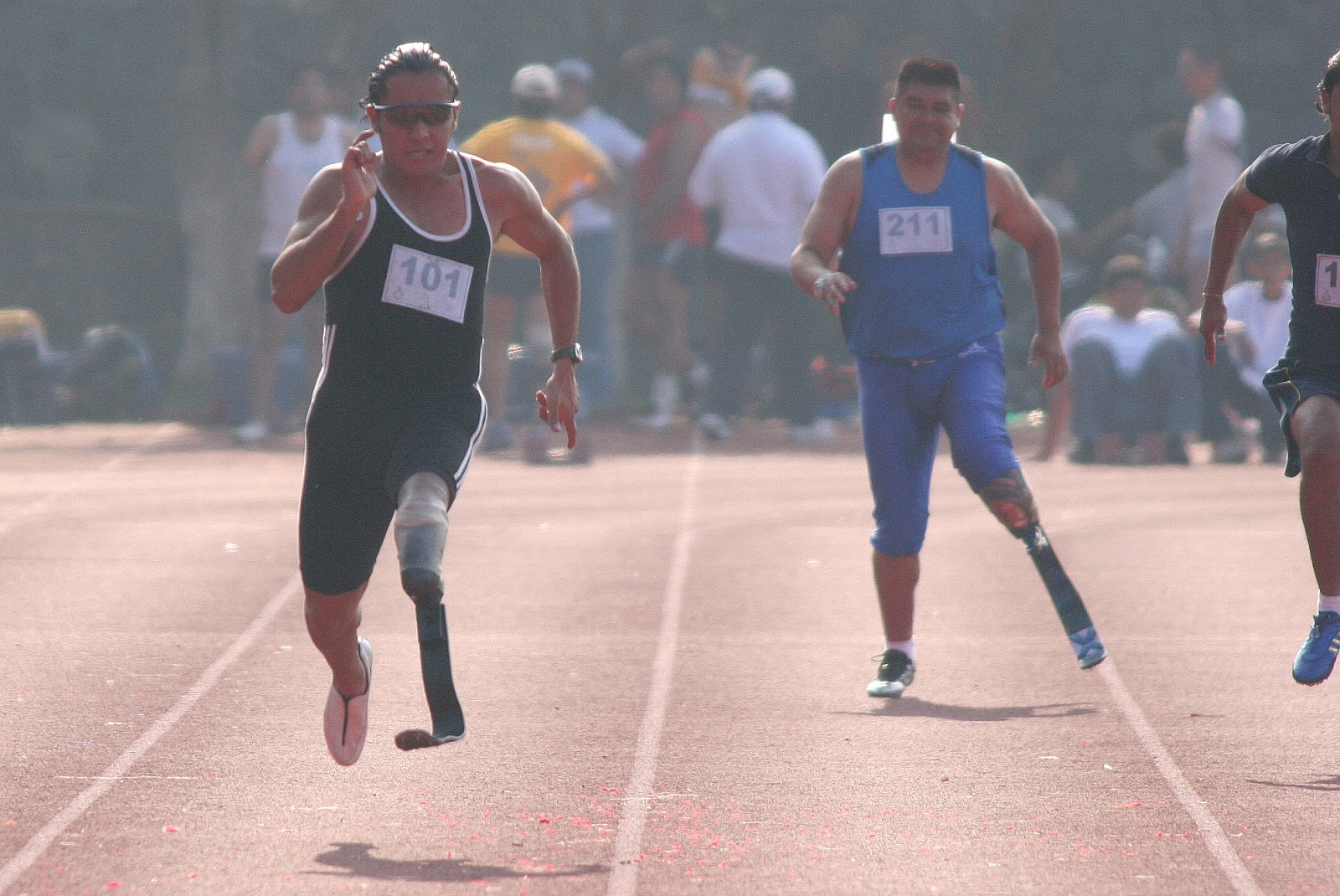 Imagen de Josue imponiendo el record mexicano en 100 metros con un tiempo de 11.91 segundos mas rapido que muchos atletas amateur sin discapacidad.