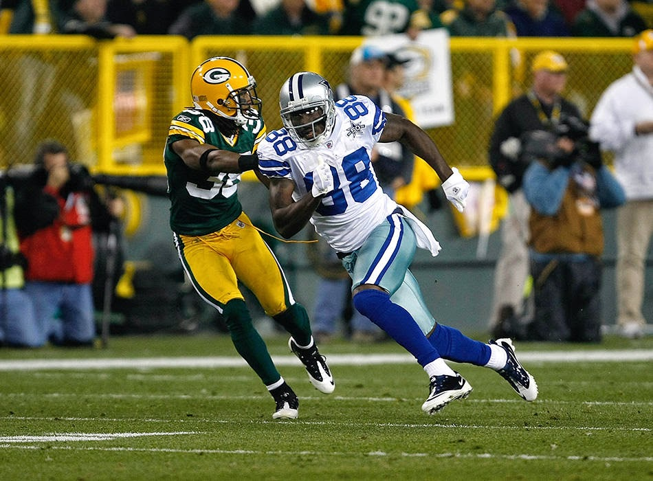 Dallas Cowboys Dez Bryant running a route against Tramon Williams