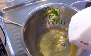 طريقة عمل المارينج - ضرب بياض البيض بالمضرب
