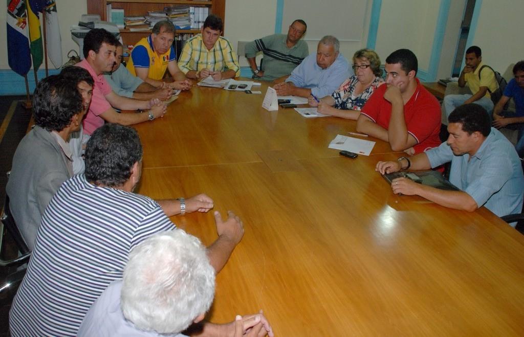 Prefeito Arlei e secretários municipais reunidos com os líderes comunitários