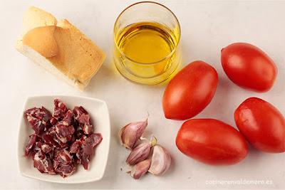 Ingredientes del salmorejo: pan, tomates, aceite, ajo jamón, ...