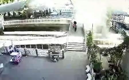 Nih Foto dan Video CCTV Bom Bangkok di jembatan sungai Chao Praya