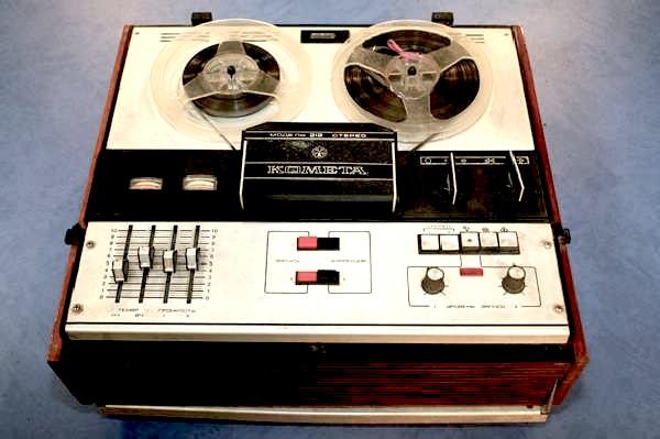И одно из самых ярких впечатлений... катушечный магнитофон... здоровенный, как чемодан.  Папа его доставал на новый...