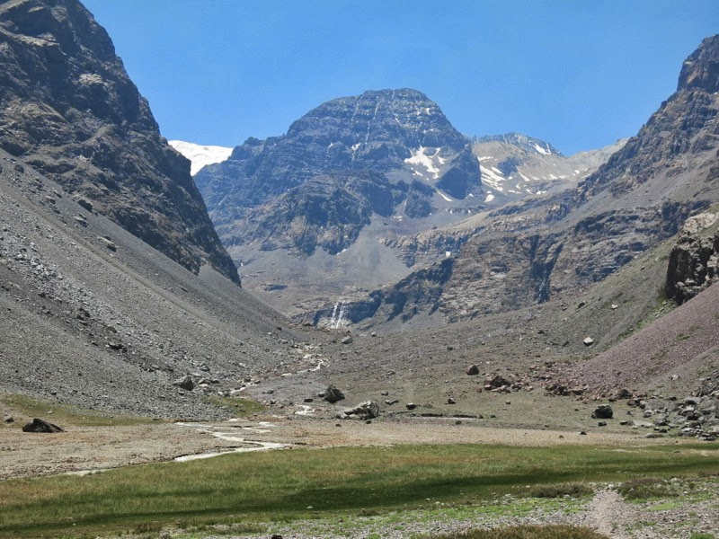Der vorgetäuschte Talschluss (links geht es weiter) mit Cerro Falso Altar und Wasserfall