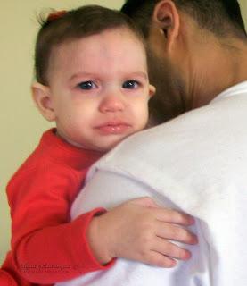 دراسة تكشف سر توقف الأطفال عن البكاء بعد حملهم مباشرة