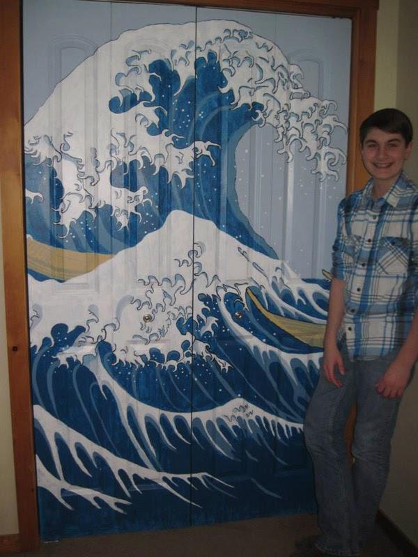 """حقائق مذهلة: طفل موهوب قام بإعادة إنشاء لوحة شهيرة على باب خزانته """" صور مذهلة """" !"""