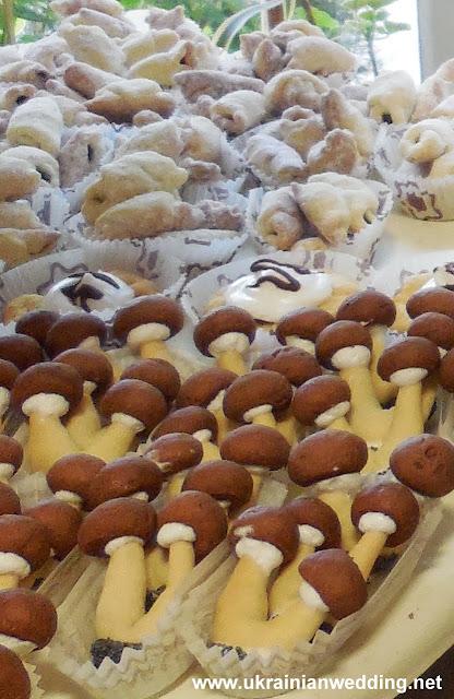 Рогалики та грибочки солодке на українському весіллі