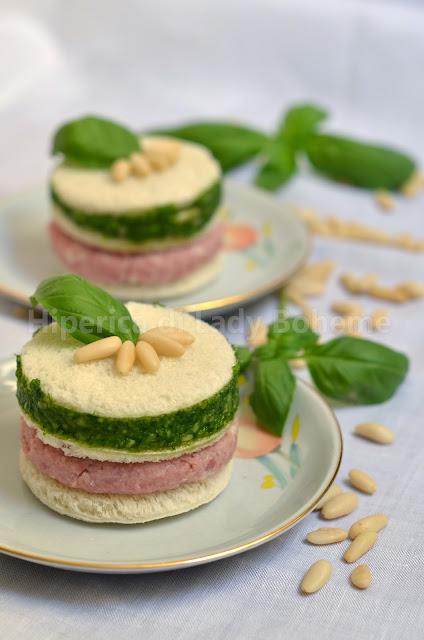 hiperica_lady_boheme_blog_di_cucina_ricette_gustose_facili_veloci_antipasti_spuntini_torre_di_tramezzini_al_pesto_di_basilico_e_prosciutto_cotto_di_praga_1