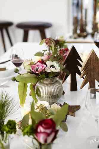 Drewniane dekoracje świątecznego stołu