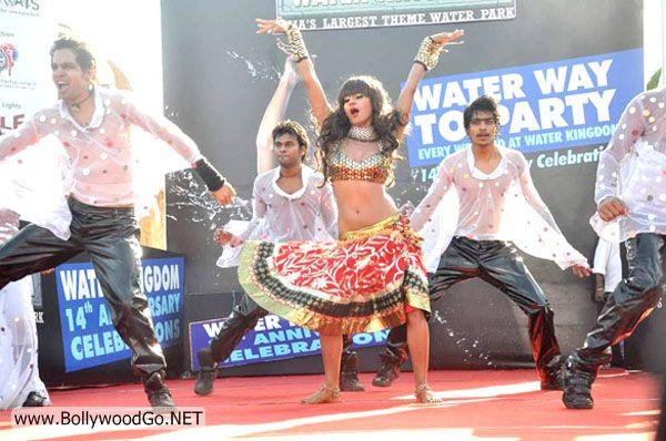 veena_malik_performed_water_kingdom_11