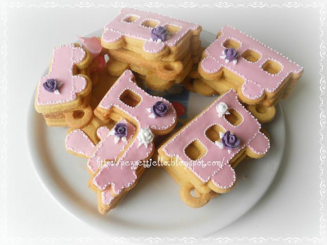biscotti a forma di trenino decorati con ghiaccia reale