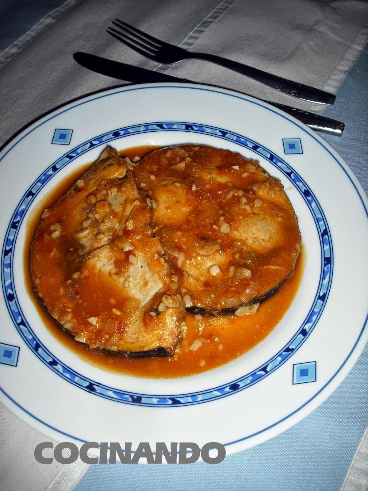 cocinando pez espada en salsa