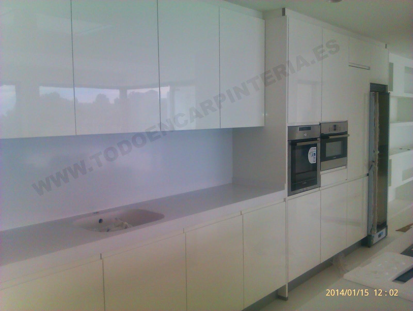 Cocina moderna blanca con muebles de 90