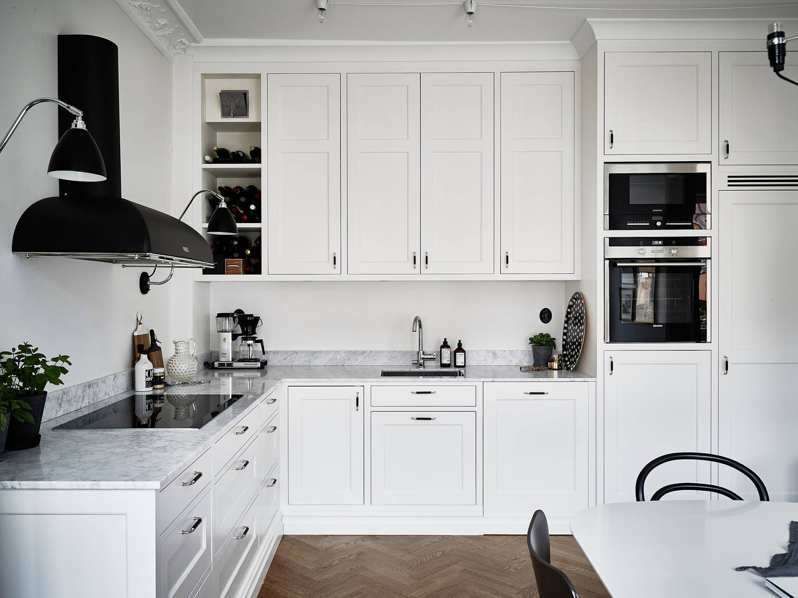 Alti soffitti e cucina classica per questo appartamento a - Cucina classica bianca ...