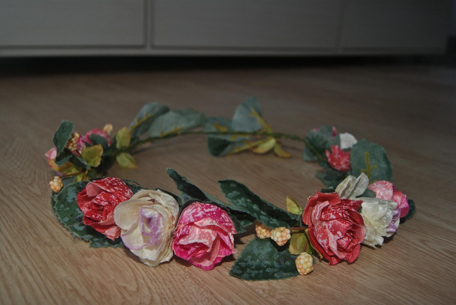 Friday favorites flower power flower crown ini gue beli dari online shop daaan harganya juga masih manusiawi laaah tapiiii bentuknya macem2 dan warnanya juga lucu2 sekaleeeeh izmirmasajfo