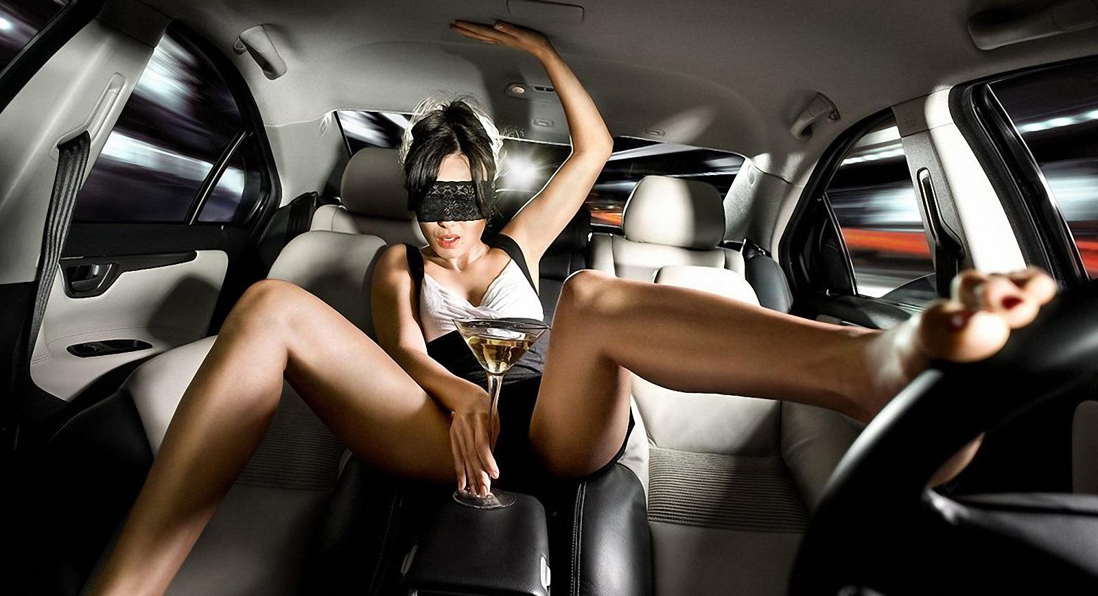 Хозяйка водитель секс, Накаченный водитель трахает свою хозяйку в машине 3 фотография