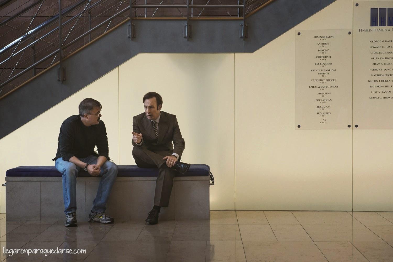 1x01 -Vince Gilligan (productor) y Bob Odenkirk como Saul Goodman