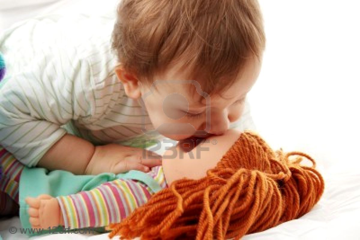 http://4.bp.blogspot.com/-2qiIqAn3jRo/TZ200a5oCRI/AAAAAAAAAxA/Tjc5r2Eunz0/s1600/6350878-baby-girl-kissing-her-doll-isolated-on-white-background.jpg