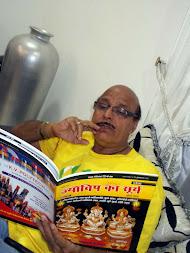 ''ज्योतिष का सूर्य'' मासिक पत्रिका को पढ़ते हुए बॉलिवुड फिल्म अभिनेता श्री अवतार गील