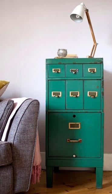 decorar el comedor con mesa auxiliar original de estilo industrial en color turquesa, salon colorido, mesilla vintage alegre