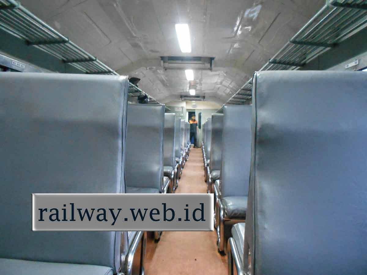 interior kereta api ekonomi
