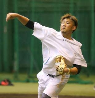 フォームを確かめながらキャッチボールをする松坂大輔(撮影・梅根麻紀)