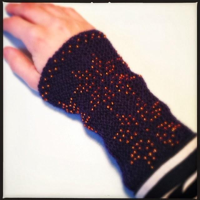 Strikkede håndledsvarmere med perler i stjernemønster. Grønland.