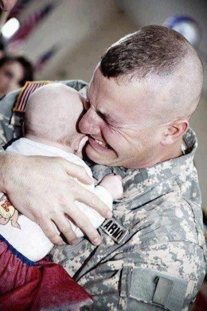 عجائب الدنيا وهل تعلم - عندما التقى جندي طفلته للمرة الأولى.