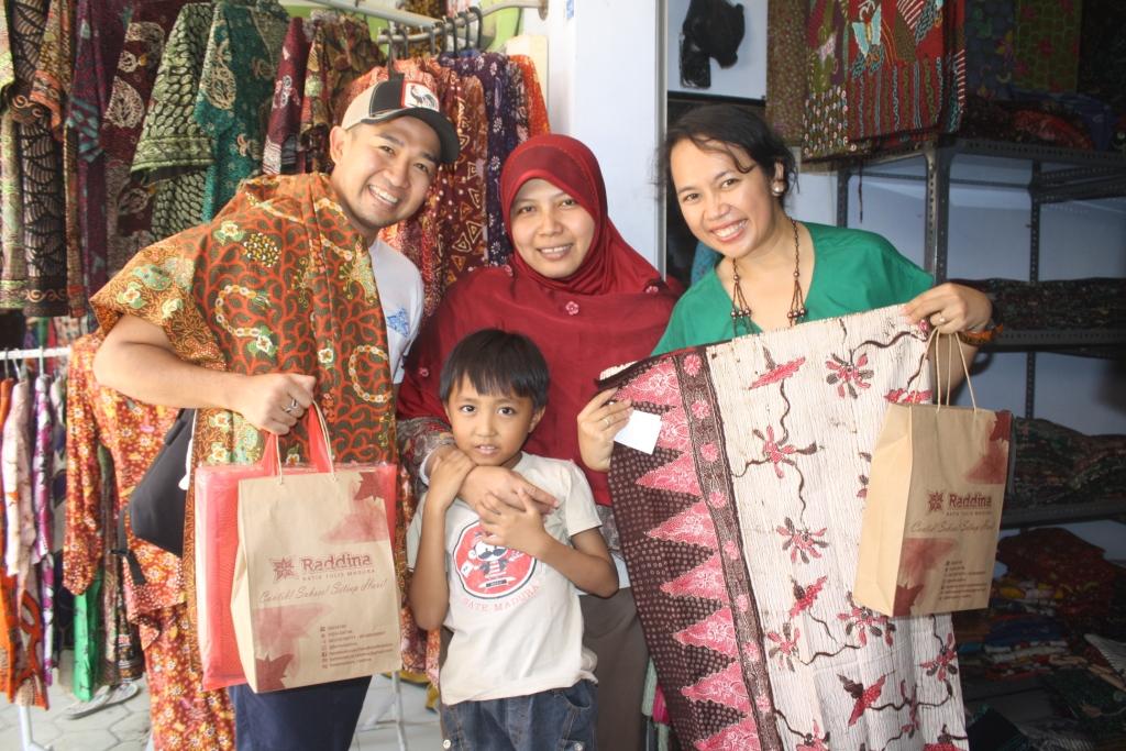Batik Madura Raddina: Ada Eka dan Iwet di Pasar Batik ^_^