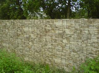 Забор из профлиста под дерево, камень. Фото 12