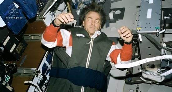 Serunya Cara Tidur Astronot di Luar Angkasa
