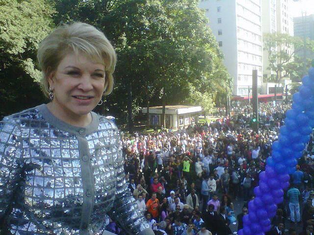 A senadora Marta Suplicy (PT-SP), que participou da abertura da Parada LGBT em SP, colocou foto da festa em rede social (Foto: Reprodução/yfrog)