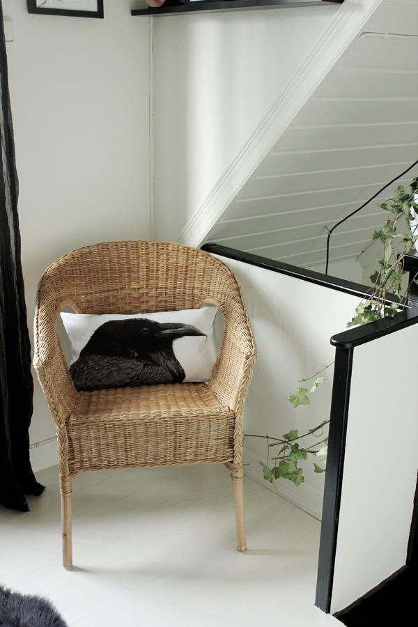 hall i svart och vitt, korp, kudde i svart och vitt, kudde med korp, kudde fågel. korgstol
