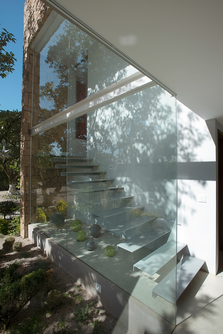 Glass wall and staircase in Casa del Viento by A-oo1 Taller de Arquitectura