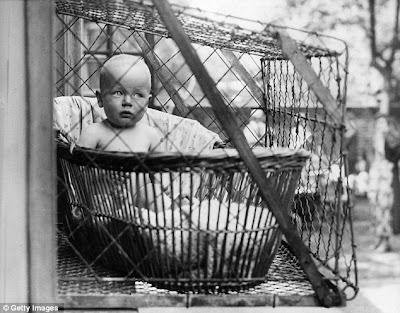 http://www.anehdidunia.com/2012/11/solusi-menjemur-bayi-tahun-1937.html