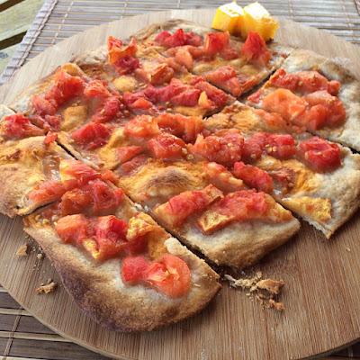 простая лепешка с помидорами